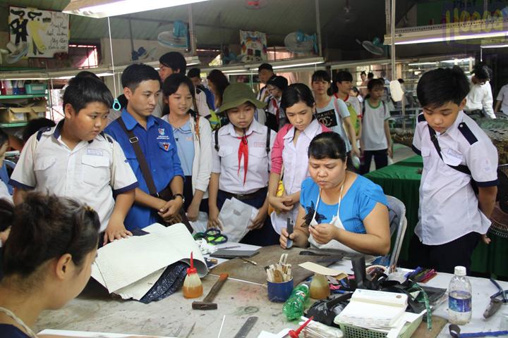 Học sinh tham quan xưởng sản xuất da cá sấu hoa cà