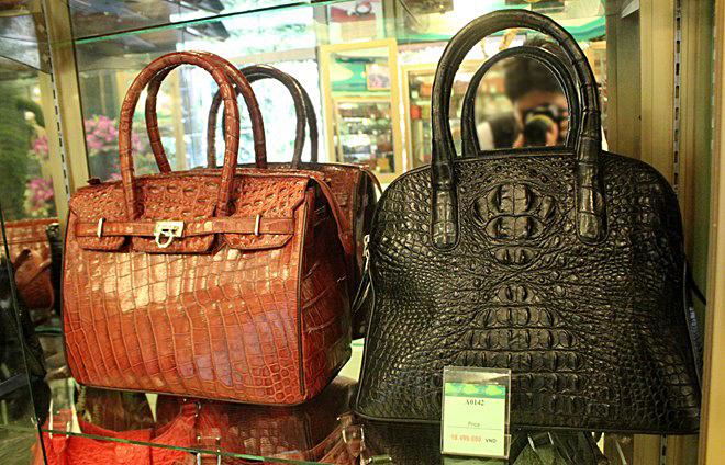 Chiếc túi xách da cá sấu trưng bày tại shop