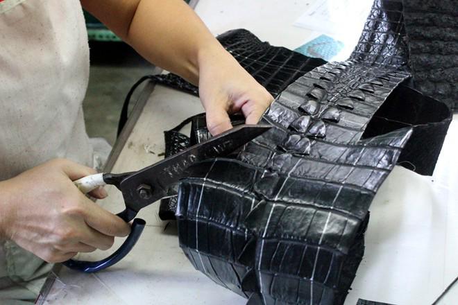 Công đoạn thiết kế đồ da cá sấu