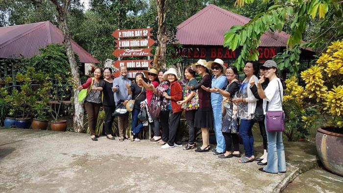Chụp hình lưu niệm tại Cá Sấu Hoa Cà