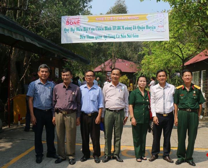 Đại biểu hội cựu chiến binh TPHCM, quận 2 đến thăm Làng Cá Sấu Sài Gòn