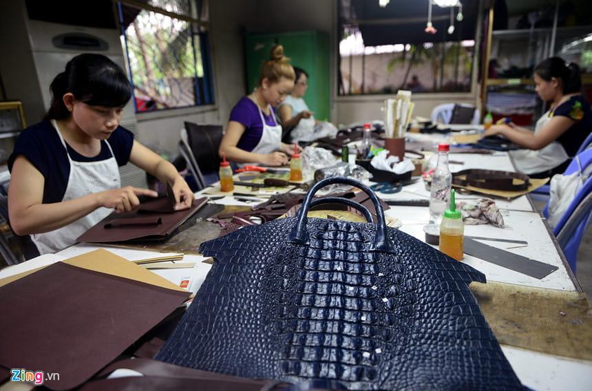 khâu sản xuất túi xách da cá sấu