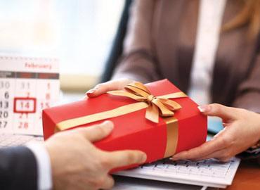 Những nỗi thống khổ khi phải mua quà tặng sếp