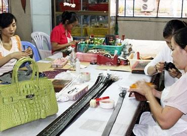 Kinh nghiệm xương máu khi đi mua ví da cá sấu tại Sài Gòn