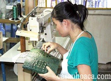 Quy trình làm túi xách da cá sấu