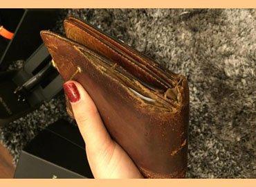 Sự thật về những chiếc ví tiền cũ rách